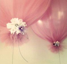 Einfache aber schöne Idee mit Ballons und Tüll für ein Kinderfest. Noch mehr Ideen gibt es auf www.Spaaz.de