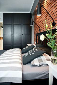 może zamiast cegły- drewno? pus sufit podwieszany nad łóżkiem