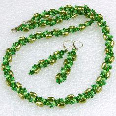 """""""Rhapsody+in+green""""+-+souprava+Šitá+souprava+vyrobená+z+voskovaných+hrudek+a+rokajlu+Preciosa+v+různých+odstínech+zelené.+Na+světle+se+krásně+třpytí.+Barevná+kombinace:+odstíny+zelené,+stříbrná+Zapínání+-+karabinka+(platina).+Obvod+náhrdelníku+57cm+Délka+náušnic+(od+očka+háčku):+5cm+Zavírací+háčky+z+chirurgické+oceli.+Vzory+jsou+autorským+dílem+-+prosím..."""