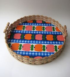 70er Jahre großes Tablett Apfel-jazz up those old trays that are peeling, stained or uneven. Original idea-use some cute placemats cut-to-size and change them out seasonally