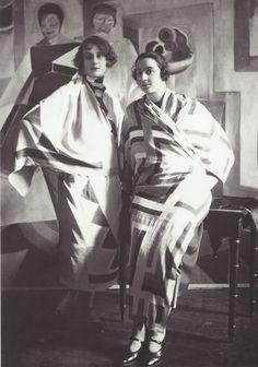 Sonia Delaunay portant une de ses créations, 1926