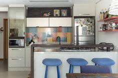 #projetosHAUS Integração total entre cozinha, sala de estar e jantar nesta cobertura na praia do campeche em Florianópolis. Cores e despojamento marcam o projeto. Destaque para a cozinha multi-cores.    #Haus #architecture #design #decoração #interiordesign #interiores #instadecor #homedecor #designdeinteriores #arquitectura #archilovers #projeto #decoration #interior #instadesign #homedesign #instahome #architect #lifestyle #interiorstyling #interiordecor #interiors #mood #kitchen #cozinha…
