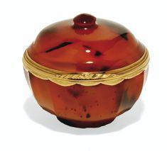 <P>tabatière ronde en cornaline à monture d'or, probablement Allemagne, vers 1720-1740</P> | lot | Sotheby's