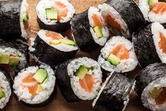 A classic Japanese salmon avocado maki sushi recipe. Salmon Sushi, Salmon Avocado, Nigiri Sushi, Sashimi, Sushi Sushi, Sushi Ingredients, Sushi Roll Recipes, How To Make Sushi, Gastronomia