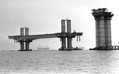 Ilhas flutuantes, montadas no pé dos pilares, foram fundamentais para o assentamento das bases. Foto: Arquivo/Ag. O Globo