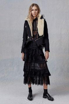 Guarda la sfilata di moda Ermanno Scervino a Milano e scopri la collezione di abiti e accessori per la stagione Pre-Collezioni Autunno-Inverno 2017-18.