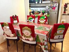 Pin by adri hergut on Navidad Felt Christmas, All Things Christmas, Christmas Crafts, Christmas Chair Covers, Silverware Holder, Christmas Tree Decorations, Diy And Crafts, Gift Wrapping, Holiday