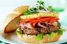 Una rica receta para realizar en un lindo día de verano o primavera en una parrillada.  La piña y las hamburguesas se hacen al carbón y se les agrega un toque de salsa teriyaki.