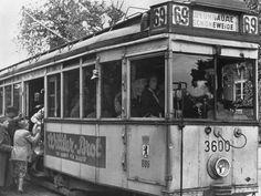 wazzup2!Berliner besteigen eine Straßenbahn nach Berlin-Schöneweide im Juni 1945