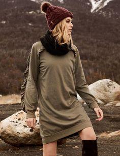Kleider sind auch die perfekten Outifts für den Herbst. Dieses Volants-Kleid lässt gut mit Overknee Stiefeln und dicker Strickmütze kombinieren.