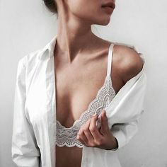 if you wanna look hot but chic at the same time, you can get this beautiful white lace bralette and feel like a goddes! Poses Boudoir, Boudoir Photography, Classy Sexy Photography, Photography Guide, Beauty Photography, Shooting Photo Boudoir, Lingerie Look, Lingerie Photos, Mode Inspiration