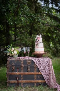 Best wedding cakes vintage rustic lace table runners Ideas – Famous Last Words Wedding Cake Rustic, Cool Wedding Cakes, Wedding Cake Designs, Wedding Cake Toppers, Diy Wedding, Decor Wedding, Vintage Wedding Cake Table, Antique Wedding Decorations, Elegant Wedding