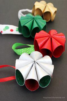 Adornos navideños con rollos de papel higiénico.