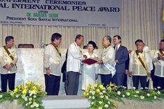 Philippine president Fidel Ramos presents Daisaku Ikeda with the Rizal International Peace Award from the Order of the Knights of Rizal on the cente...