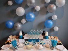 Inspiración para un cumpleaños en invierno : Compartimos las fotos de este bonito cumpleaños temático inspirado en el invierno. La decoración principal son los globos de la pared en tonos azules, gris