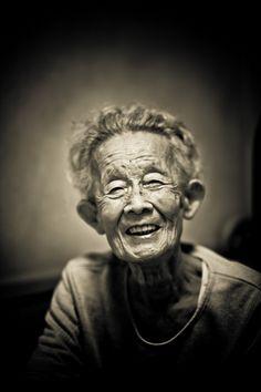 Hiko San : l'arrière grand mère du petit fils ou portrait du bien-au-delà de l'élégance, via Flickr.