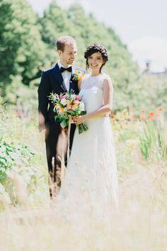 Een veld of weiland is in de lente de perfecte plek voor je trouwfoto's #bruidspaar #bruiloft #trouwen #huwelijk #trouwdag #lente #inspiratie Trouwen in de lente? Inspiratie voor een lente bruiloft   ThePerfectWedding.nl   Fotografie: Alexandra Vonk