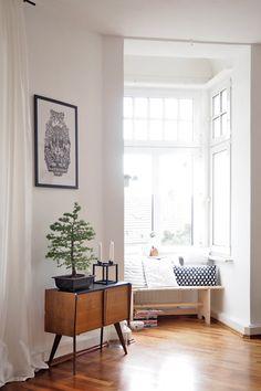 Hohe Decken, schwarz, weiß, Holz und viel Selbstgemachtes: Hereinspaziert in Antonias Köllner Altbauwohnung! Die 30-Jährige lebt mit ihrem Mann und zwei Katern in zwei Zimmern auf 68 Quadratmetern.