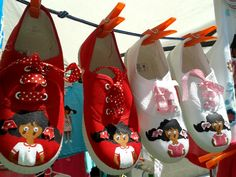 Super zapatillas de nena pintadas a mano con pintura textil. . A la muñeca se le mueven los ojillos cuando la nena anda...