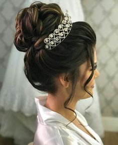 20 Trending Wedding Bun Hairstyle You'll Love - 20 Trending Wedding Bun Hairstyle You'll Love - Wedding Hairstyles With Crown, Prom Hairstyles For Long Hair, Crown Hairstyles, Bride Hairstyles, Quince Hairstyles, Coiffure Hair, Hair Up Styles, Hair Styles With Crown, Bridal Hair Buns