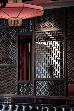 The geometric shapes that are on what appears to be walls are binding this together and make it look clean and well. Chinese Bar, Chinese Element, Chinese Design, Chinese Style, Asian Interior Design, Chinese Interior, Restaurant Interior Design, Oriental Decor, Oriental Design
