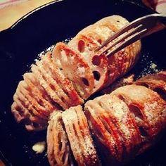 じゃがいもを蛇腹(じゃばら)切りして焼くハッセルバックは、簡単においしく作れて、見た目もオシャレなスウェーデン料理。じゃがいも以外の素材でもハッセルバック風を手軽においしく作れるレシピを集めてみました!