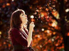 As coisas vão dar certo.  Vai ter amor, vai ter fé, vai ter paz – se não tiver, a gente inventa.  Te quero ver feliz, te quero ver sem melancolia nenhuma.  Certo, muitas ilusões dançaram.  Mas eu me recuso a descrer absolutamente de tudo, eu faço força para manter algumas esperanças acesas, como velas.  Que 2012 seja doce. Repito sete vezes para dar sorte: que seja doce que seja doce que seja doce e assim por diante.  Que seja bom o que vier, pra você.    Caio Fernando Abreu
