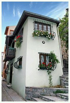 Two-floor pretty tiny house at Üsküdar (Scutari), İstanbul. Beautiful Streets, Beautiful Homes, Beautiful Places, Albania, Bosnia Y Herzegovina, Turkey Places, Empire Ottoman, Turkey Travel, Famous Places