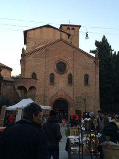 Bologna, Piazza Santo Stefano e il mercato del secondo week end del mese