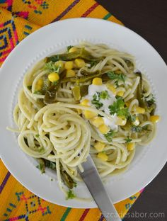 Pasta con chile poblano y elote Real Mexican Food, Mexican Cooking, Mexican Food Recipes, Vegetarian Recipes, Healthy Recipes, I Love Food, Good Food, Yummy Food, My Favorite Food