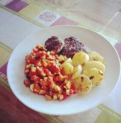 Hackfleischküchle mit Kartoffeln und Gemüse