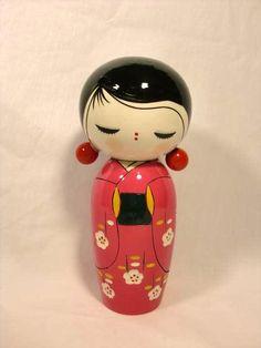 Kokeshi ~ Love her earrings! and her hairdo Momiji Doll, Kokeshi Dolls, Wooden Pegs, Wooden Dolls, Paper Dolls, Art Dolls, Clothespin Dolls, Asian Doll, Little Doll