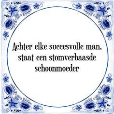 Achter elke succesvolle man, staat een stomverbaasde schoonmoeder - Bekijk of bestel deze Tegel nu op Tegelspreuken.nl