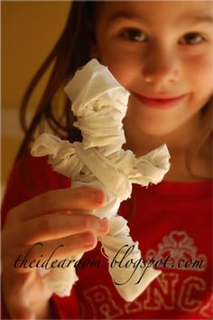 Pipe cleaner mummy... This is a cute, easy kid craft as a party favor/activity or for decorating your own house.