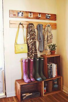 O hall de entrada feito com caixotes e prateleiras rústicos, inspiração que não tem fim ♥