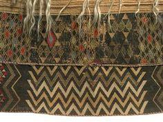 Detail of kaitaka huaki showing upper taniko border featuring waharua kopito (vertically paired diamond shapes) design, and lower taniko border featuring aramoana (pathway of the sea) design Polynesian People, Maori Patterns, Flax Weaving, Maori People, Maori Designs, Maori Art, Tribal Dress, Weaving Patterns, Shape Design