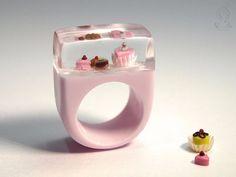 Niemiecka artystka tworzy oryginalną biżuterię, kryjącą w sobie miniaturowe sceny.