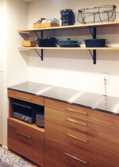 オーク材の食器棚を納品させていただきました。天板はステンレスなので、料理中に水が飛んでも安心です。 Stainless Steel Counters, Kitchen Board, Countertops, Sweet Home, Projects To Try, Interior Design, Table, House, Furniture