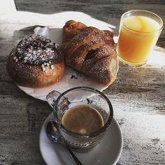 Caffè al ginseng e succo, cornetto alla marmellata e veneziana al cioccolato…