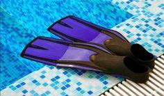 par de nadadeiras na beira da piscina - Foto: Getty Images
