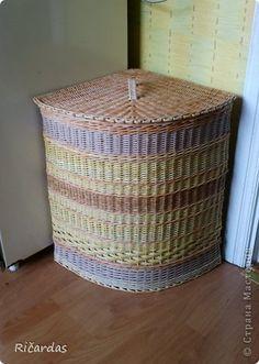 Corner storage basket