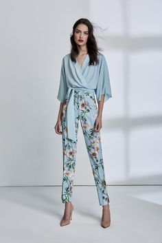 Estampa floral no office look - Guita Moda Lawyer Fashion, Office Fashion, Fashion 2020, Classy Outfits, Chic Outfits, Robes Glamour, Office Looks, Professional Outfits, Mode Outfits