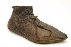 Leather shoe with pointed toe and leather laces: late 14th century. Museum of London