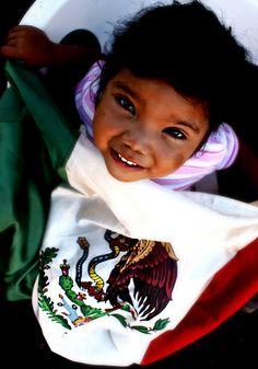 Lucero conoce el hambre. A sus tres años pasa gran parte de su vida lavando ropa. Es su principal entretenimiento. Lucero es una niña indígena Pima, dueña de una sonrisa inolvidable. Y ella también es México.