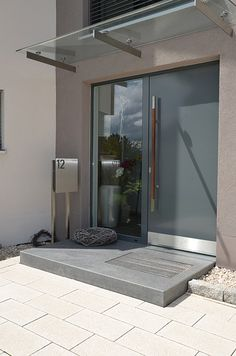 Podeste bieten als Treppenabschluss oder als Zwischenpodest in einer Treppenanla. Platforms offer a generous area as the end of stairs or as an intermediate platform in a stair system. Door Design, Exterior Design, Interior And Exterior, House Design, Contemporary Front Doors, Modern Front Door, House Entrance, Entrance Doors, Office Entrance