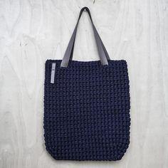 Tutti i giorni Tote Bag / uncinetto borsa a tracolla / | Etsy Crochet Fabric, Crochet Motifs, Crochet Tote, Recycled Yarn, Recycled T Shirts, Tshirt Garn, Fabric Factory, Crochet Shoulder Bags, Chunky Crochet
