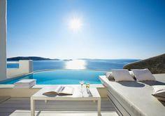 Cavo Tagoo – Mykonos, Grèce.Piscine privée et coin repos tout blanc et vu sur mer