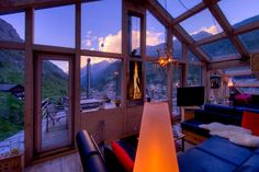 Heinz Julen Penthouse is a luxury 4 bedroom Chalet designed by Zermatt's internationally acclaimed architect, Heinz Julen. Enquire to book this Ski Chalet. Zermatt, Chalet Design, Chalet Style, Jacuzzi, Villas, Hotel Familiar, Switzerland Vacation, Hotels, Relax