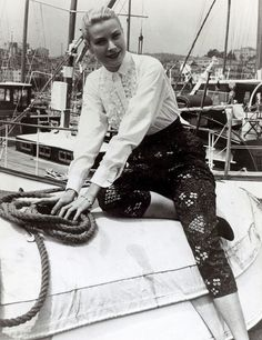 May 1955 American actress Grace Kelly pictured in a striking outfit at Cannes France Grace Kelly born in Philadelphia was a cool elegant beauty. Moda Grace Kelly, Grace Kelly Style, Princess Grace Kelly, Jane Birkin, Hollywood Fashion, Old Hollywood, Classic Hollywood, French Riviera Style, Patricia Kelly