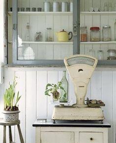Uma balança vintage é o destaque da decoração #cozinharetro #vintagekitchen